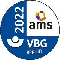 Das ams Siegel zeigt das Jahr 2022 auf der linken Seite. Den farbigen Kreis des ams in der rechten oberen Ecke auf weißem Grund und unten das VBG Logo mit dem Schriftzug »VBG geprüft«